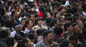 Cinesi in coda all'aeroporto inveiscono contro ufficiali vietnamiti