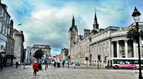 Turista nella città Aberdeen – Stato Regno Unito – Ecco cosa visitare