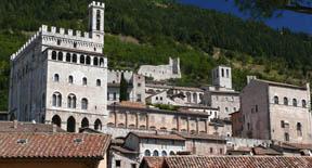 Turista nella cittadina di Gubbio