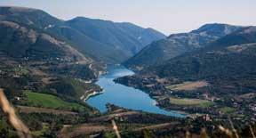 Alle pendici dei Monti Sibillini si nasconde il bellissimo Lago di Fiastra